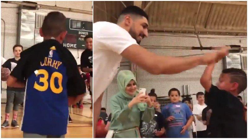 【影片】小朋友穿Curry球衣來訓練營,Kanter「強行」給他套上T恤:這看上去舒服多了!