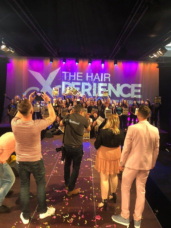 test Twitter Media - De Award Uitreiking van de Verkiezing van de Leukste Kapper & Kapsalon werd gisteren tijdens @hairxperience vastgelegd door fotografen, cameramannen, mobiele telefoons en uiteraard ...selfiesticks! Dank voor de mooie samenwerking @kapperskorting, @EasyfairsNL en Tophair magazine. https://t.co/qm8yhzRgQP