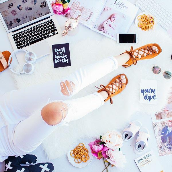 Bei aller Liebe zur Nichtfarbe bleibt leider ein Haken: Sie wird leicht schmutzig, verfärbt und vergilbt – und wenn man nicht aufpasst, geht das sogar ziemlich schnell. Allerdings bekommt man das mit ein paar Tricks in den Griff: https://lelife.de/2019/04/traum-in-weiss-der-all-white-trend/… #Mode #Fashion #Waschen