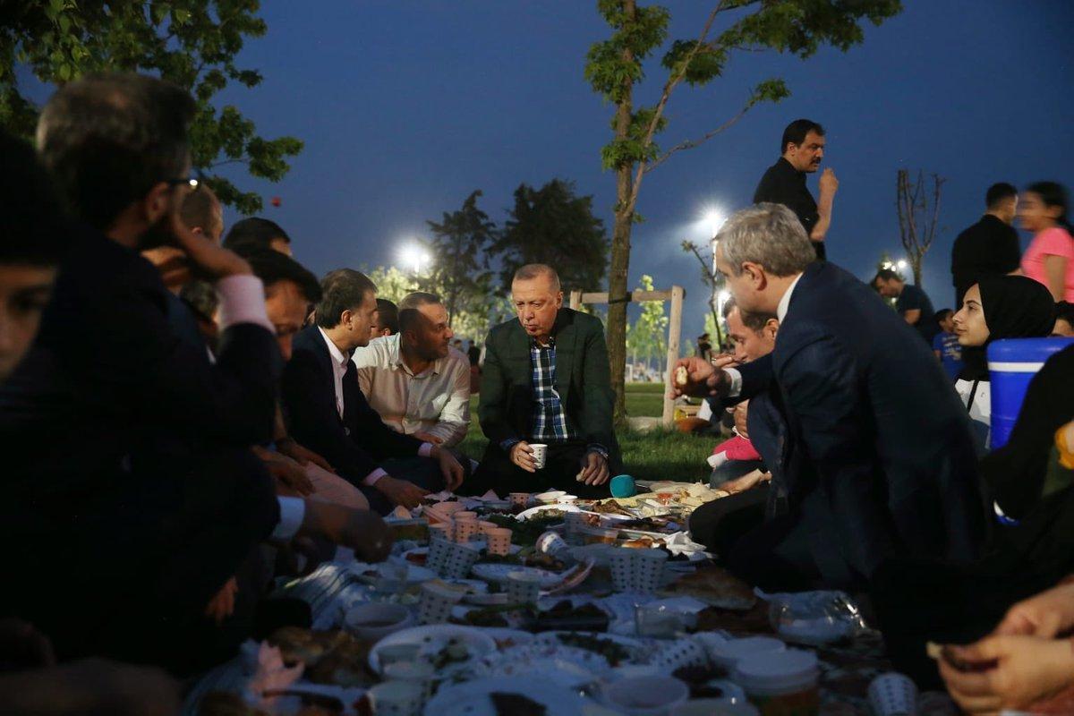 Cumhurbaşkanı Erdoğan, Zeytinburnu sahilinde vatandaşlarla birlikte iftar yaptı.