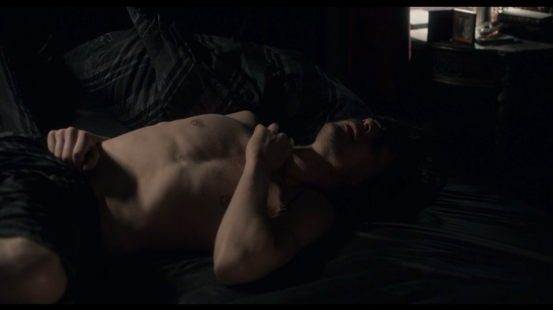 Tom hiddleston poses nearly naked in the sheets