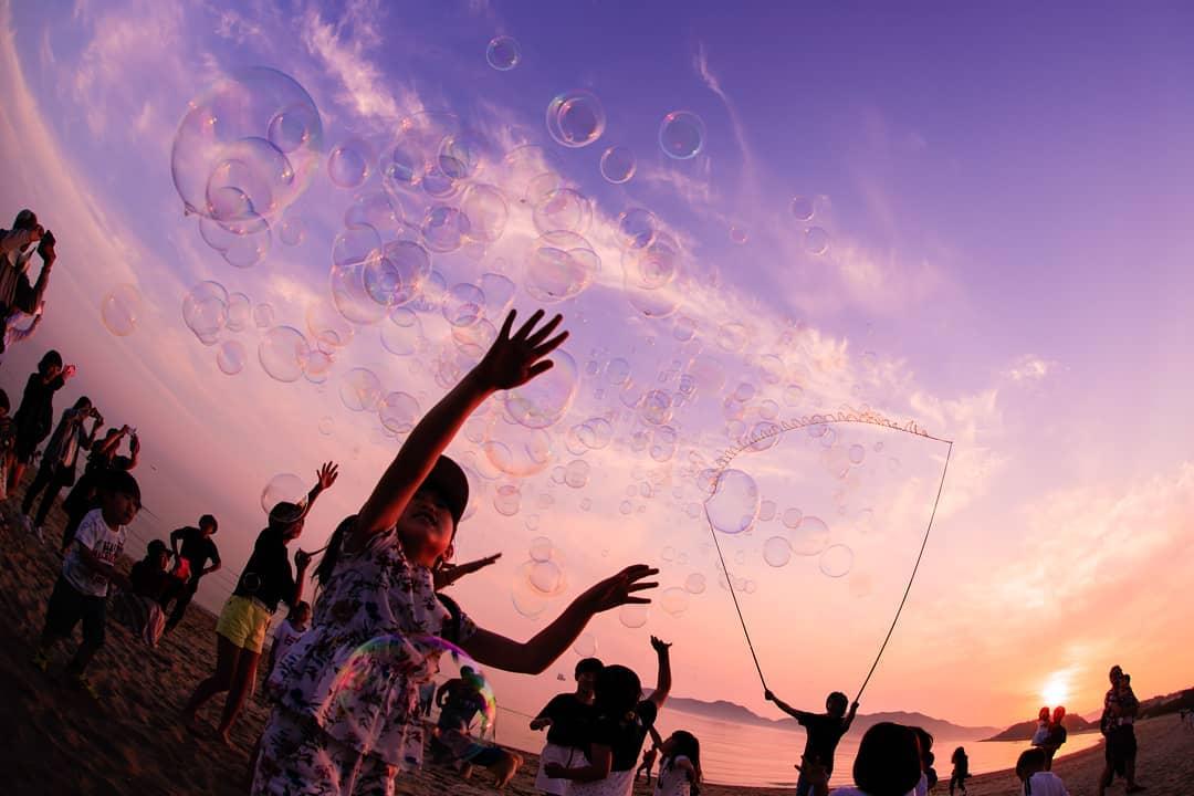 今日も18時00分くらいから虹ヶ浜でシャボン玉飛ばして遊んでいるよ!  たまには人が少ない平日にのんびり、マッタリ飛ばすのもいいよね。  わーわーわー‼️ https://t.co/xdScUAFXl9