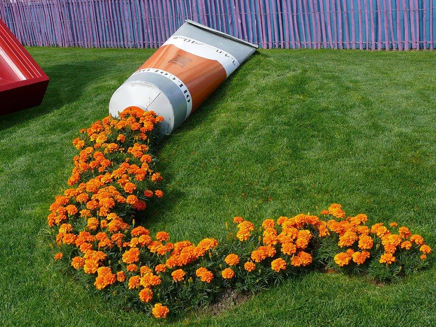 検索の寄り道で拾った。「こぼれた系花壇アレンジ」ってのがあるんだねえ。絵の具のやつめっちゃオシャレ…!!!