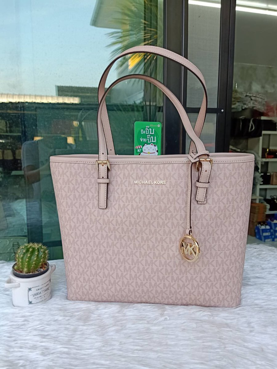 0479fd061cdf ... 31cm X 26.5cm in height X 11cm in width / handle: Approximately  52.5-60.5cm, pace width: 1.5cm #MichaelKors  #กระเป๋าแบรนด์แท้pic.twitter.com/Yxyp96a7CQ