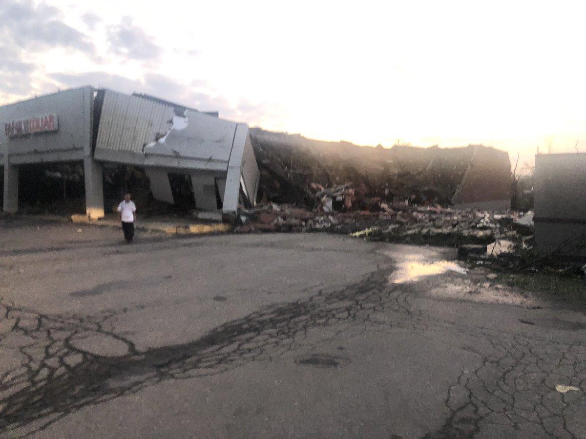 Large tornado strikes Dayton as storms batter Ohio