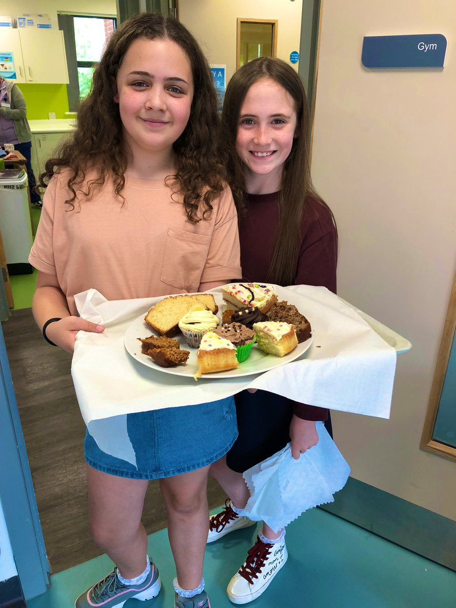 Our helpers Dakota and Layla (@leahanne87) thanks girls! 🏩🍰🧁♥️ #DementiaActionWeek #Alzheimerssociety #crumpsallvale #rehabilitation https://t.co/7kfcnifJyp