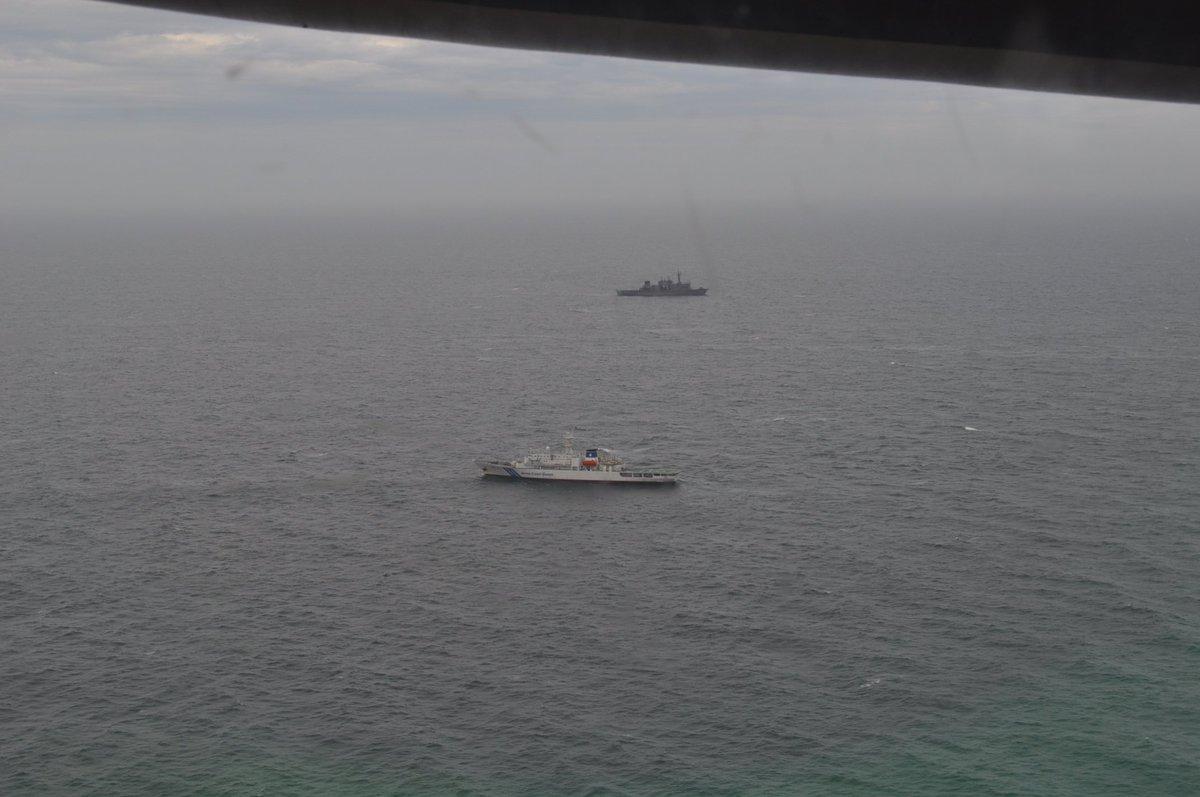 5月28日13時56分、海自潜水艦救難艦「ちよだ」は、災害派遣命令に基づき、現場海域に到着、海保巡視船「いず」と会合して、救助活動を開始しました。海自UH-60J救難ヘリは、巡視船「いず」に海自潜水員を輸送しました。防衛省・海上自衛隊は、海上保安庁と協力し行方不明者の救助に全力を尽くします。