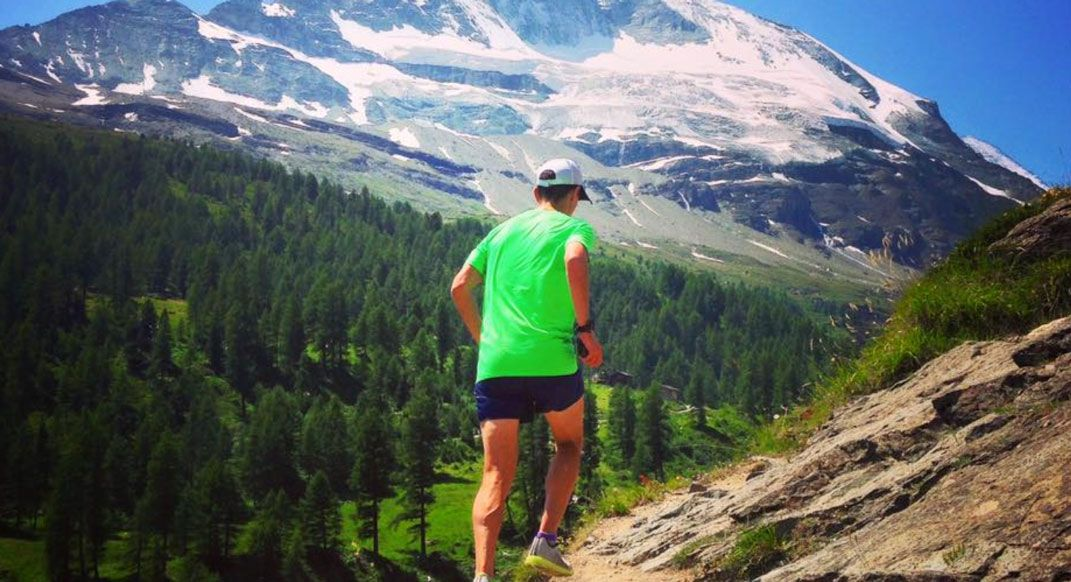 Travel can be hard on the body and mind, especially before races. 9 strategies can help you perform your best during your next trip. By @MountainRoche #findyourdirt #findyourvert #trailrunner #trailrunning #readrunrepeat buff.ly/2JHoOfz