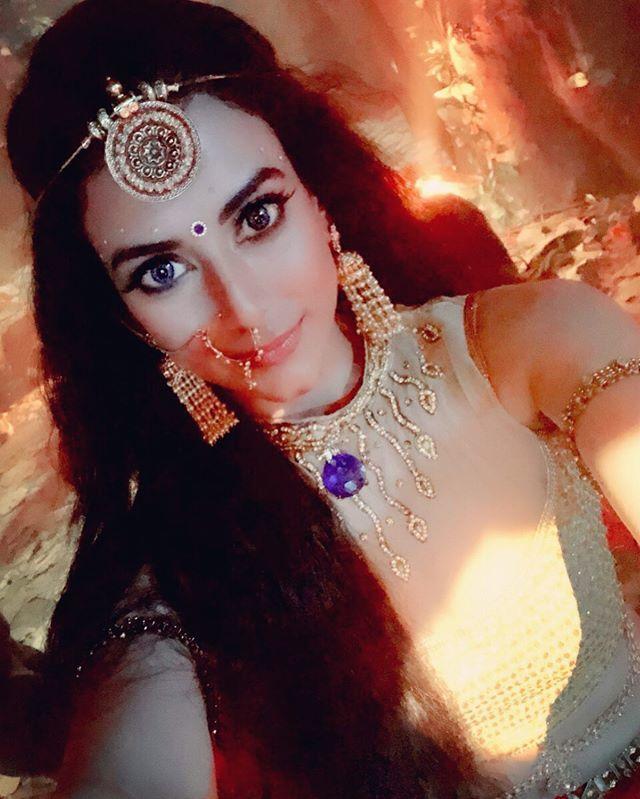 Goddess mode on  . . . #andtv #daayan #malasalariya #dattatina #tinadatta #andtvofficial #balajitelefilms #dattaatinaa #dayan #balajimotionpictures #tinaadattaa #workmodeon http://bit.ly/2X9WHJ9pic.twitter.com/iNiLwHbZGq