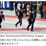 【米大統領訪日】躍動感が半端ないじゅうたんを飛び越えるスタッフ