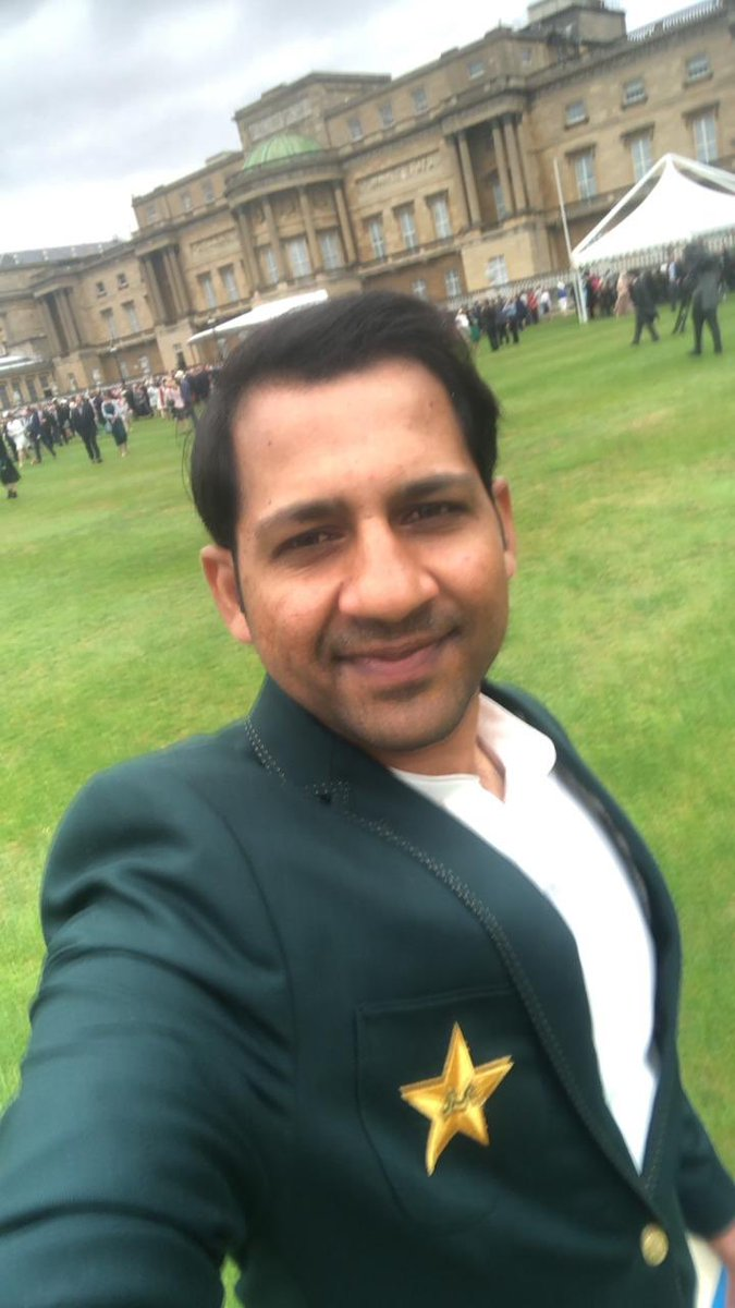 Alhamdullilah such a proud moment for PAKISTAN. Proud Pakistani captain to visit #BuckinghamPalace to meet Queen Elizabeth II. @SarfarazA_54 is very privileged to represent Pakistan #PakistanZindabad #WeHaveWeWill