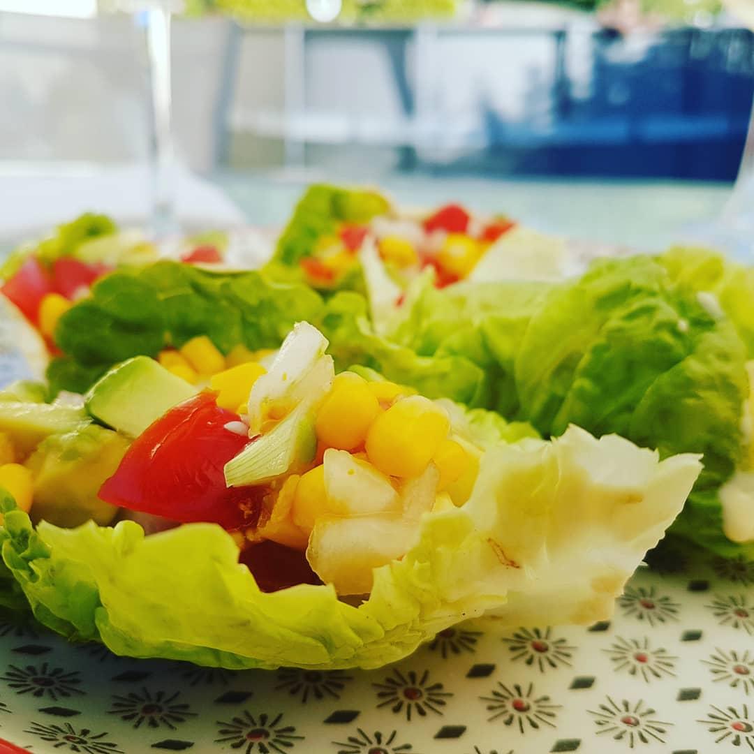 Miercoles de #vino y risas modo #summer y  ensalada en #cogollos (receta en el blog) y #hummus (receta de @galletasparamatilde )  #food #galicia #recipes #comoencasaenningunsitio #comomevoyaponer #cocinaandgo #foodpics #instafood #igersvigo #piscina