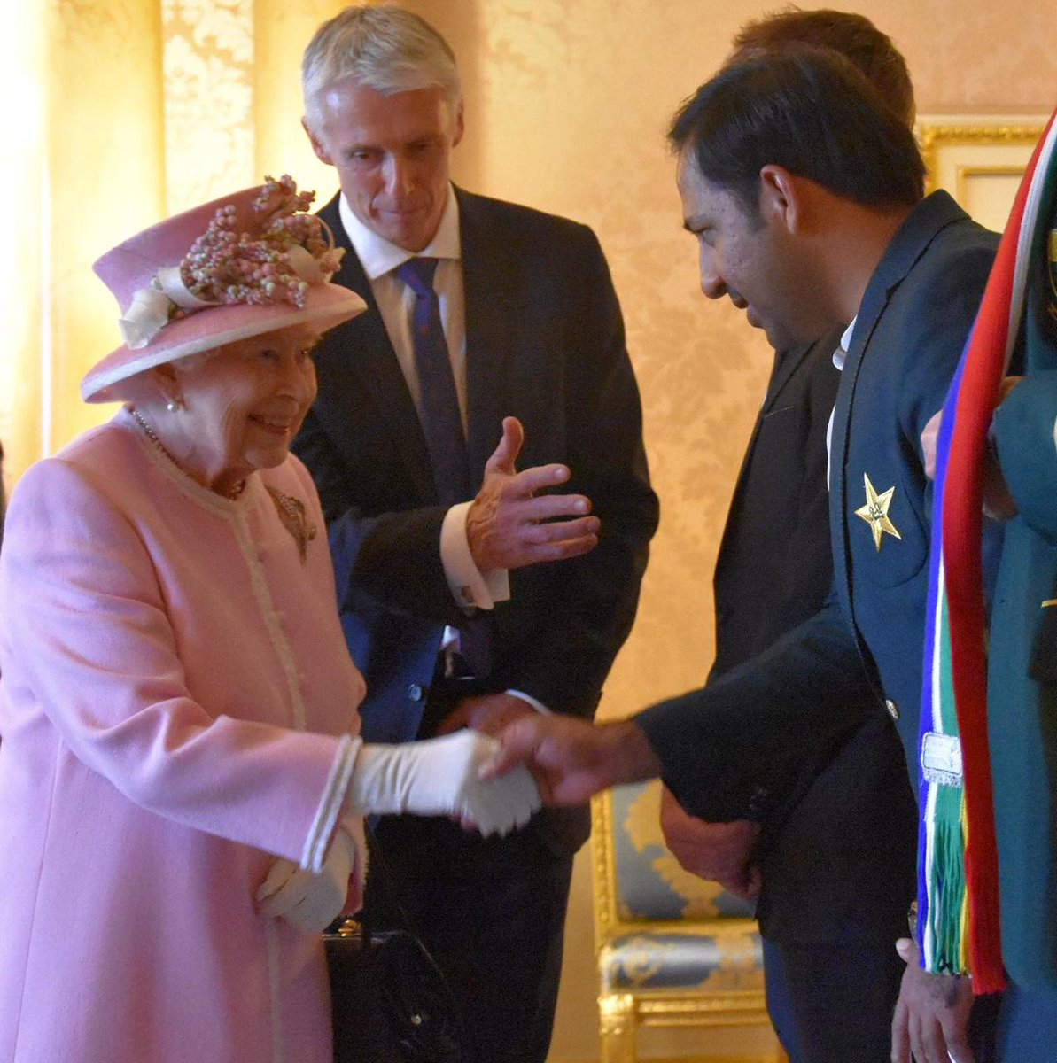 Earlier today at the Buckingham Palace!#CWC19 #WeHaveWeWill #SarfarazAhmed
