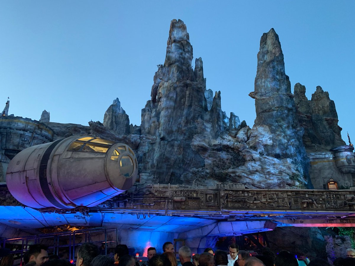The night lighting on the Millennium Falcon is A-plus #GalaxysEdge twitter.com/brooksbarnesNY…