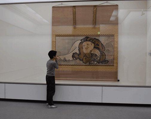 6/1〜23に開催する「板橋区美×千葉市美 日本美術コレクション展―夢のCHITABASHI美術館!?」展示作業は順調に進んでいます。ギョッとするほど大きな狩野典信《大黒図》は板橋区美のもの。横にどんな作品が並ぶか待ち構えているようです。たった23日間の展示ですのでご興味のある方はお早めに!#ちたばし