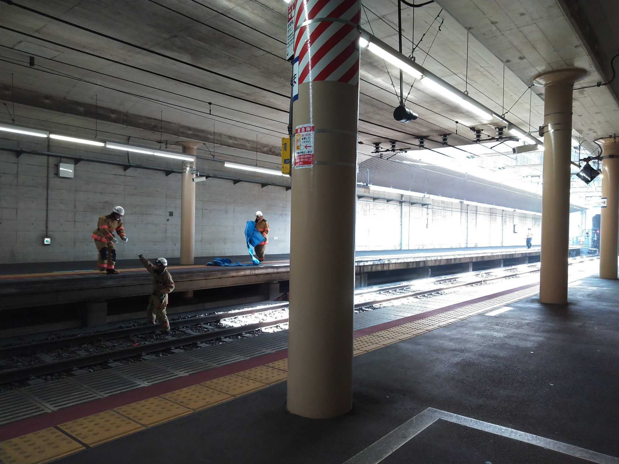 東松戸駅の人身事故で救護活動している現場の画像
