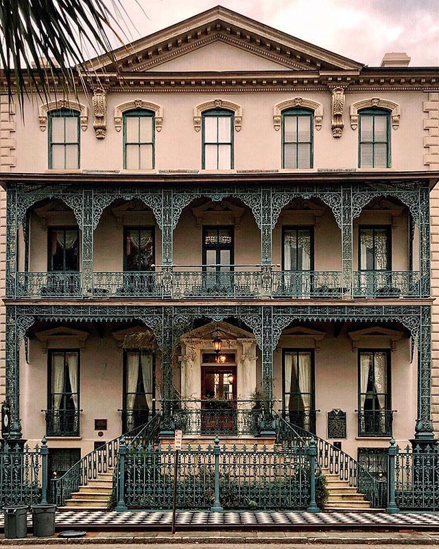 #Architecture Awesome of the Day: #Victorian House 🏠 with Remarkle Ironwork in #Charleston #SouthCarolina #USA via @HousesVictorian 📷 Yesenia Perez-Cruz #SamaPlaces 🗺️