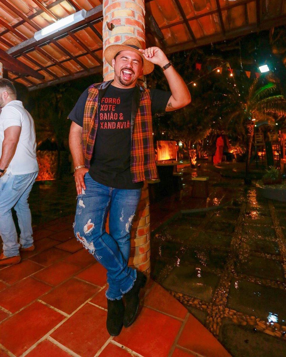 RT @XandAviao: Meu escudo é o sorriso!!! Começou o São João, meu povo. #casalraiz #vivaosaojoao 📸 Nara https://t.co/4CAVjNEw6U