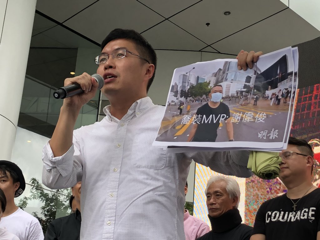 Omg sorry but this is so funny. Au Nok-hin mocked Beijing-loyalist Paul Tse of disguising himself as a protester as he headed to Legco this morning by wearing a black tee with a face mask #extraditionbill