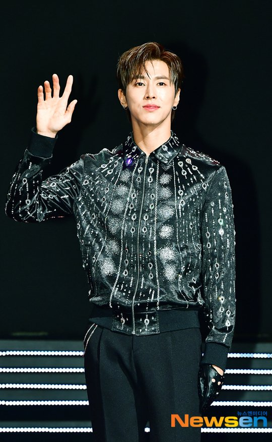 [TRANS] #유노윤호 #TrueColors Media Showcase Yunho: Perhaps it's because this is my first solo 16 years after my debut, I am nervous and excited. Although I've performed solo stages before, it's the first to showcase them as an album. -cont- <br>http://pic.twitter.com/ae7b7WTsNR