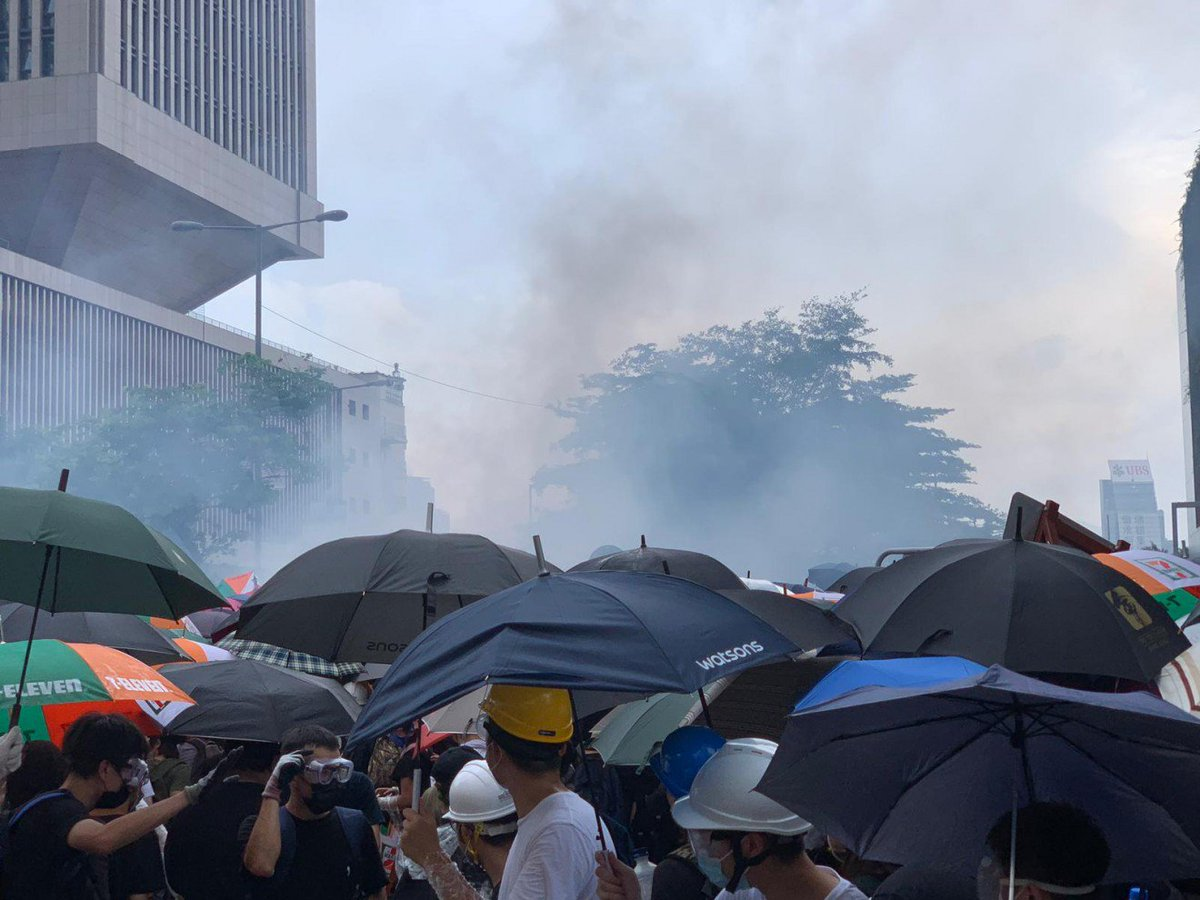 #LIVE: A police source says tear gas has been fired at the protesters, explaining the plumes of smoke seen earlier. Chaos ensues as protesters clash repeatedly with police. https://t.co/fpKl8rH1bn #extraditionbill https://t.co/cDzHD6rWhy