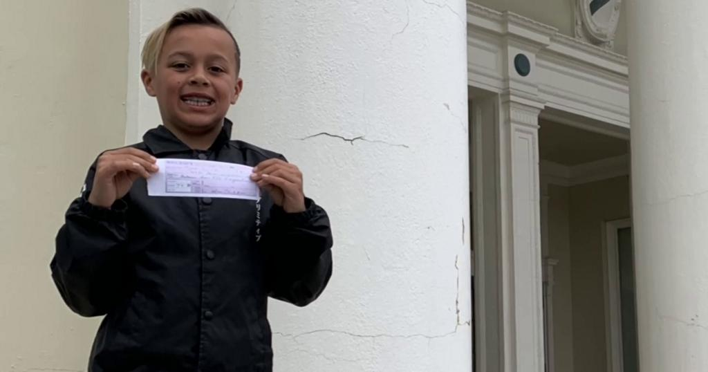 9-year-old uses own allowance to cover school lunch debts for his entire 3rd grade class https://cbsn.ws/2IzGpDh