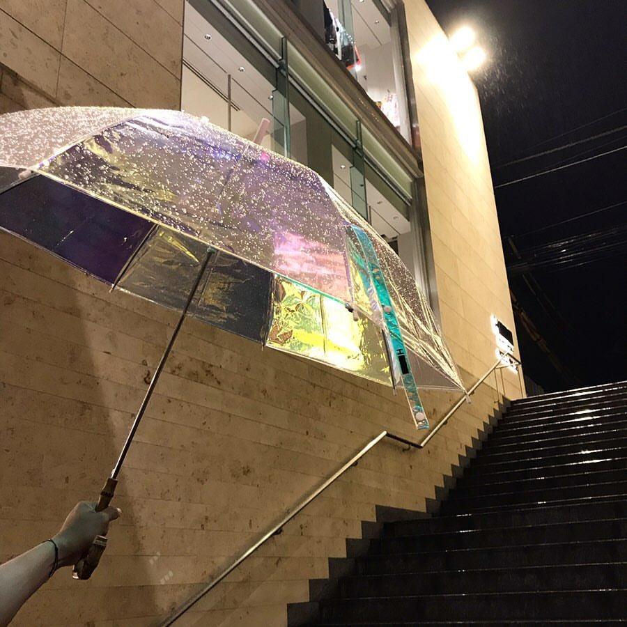 H BEAUTY&YOUTHのオーロラの傘がかわいすぎて即買いした オーロラやホログラム、オパール的なグラデーションアディクトとしてはたまらない… ハンドルもいい<br>