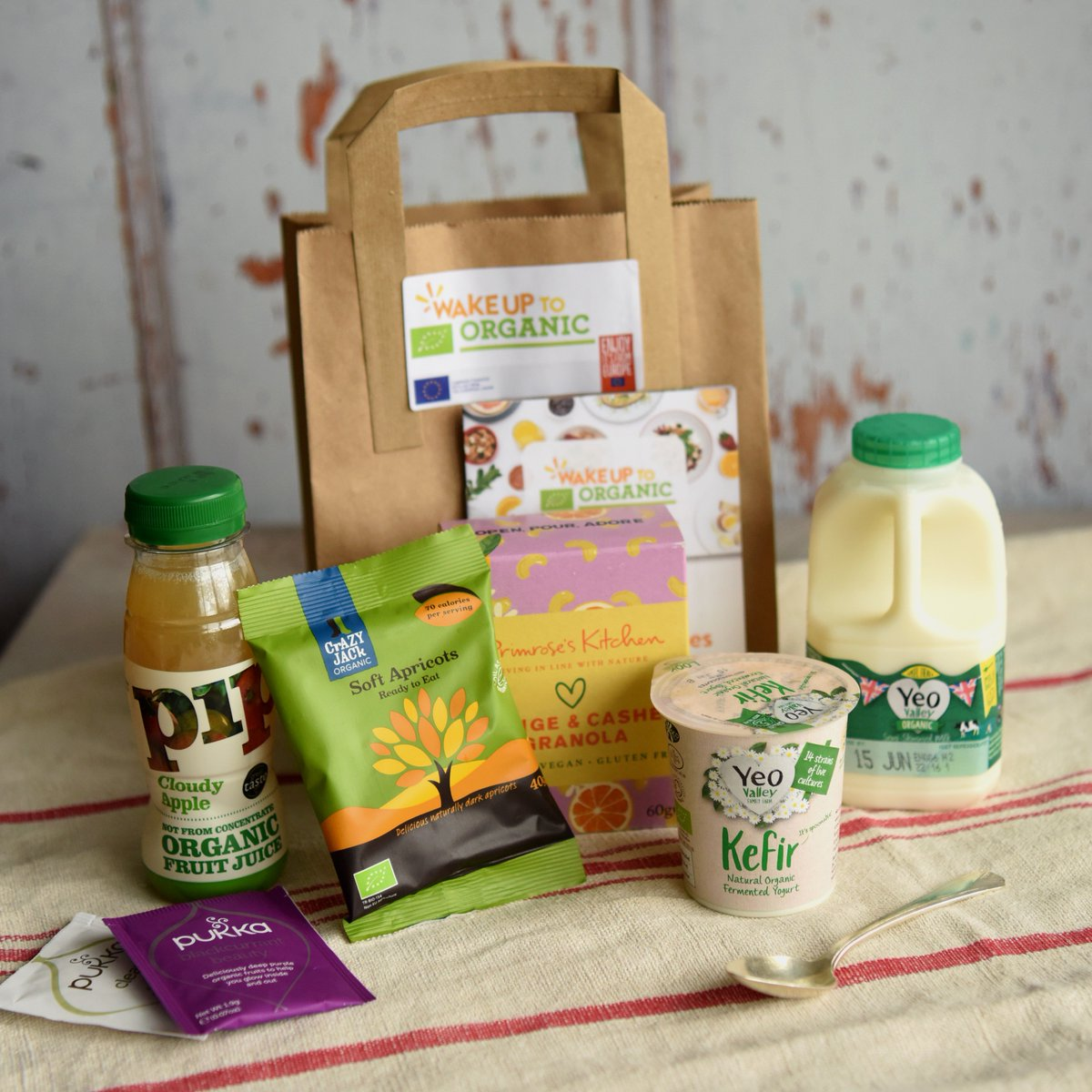 We're taking part in the #WakeUpToOrganic event today, which means that breakfast customers at the Yeo Valley Canteen or our London cafe can pick up a tasty (and free!) bag of organic goodies to take away with them! <br>http://pic.twitter.com/NM9ipVrIWB