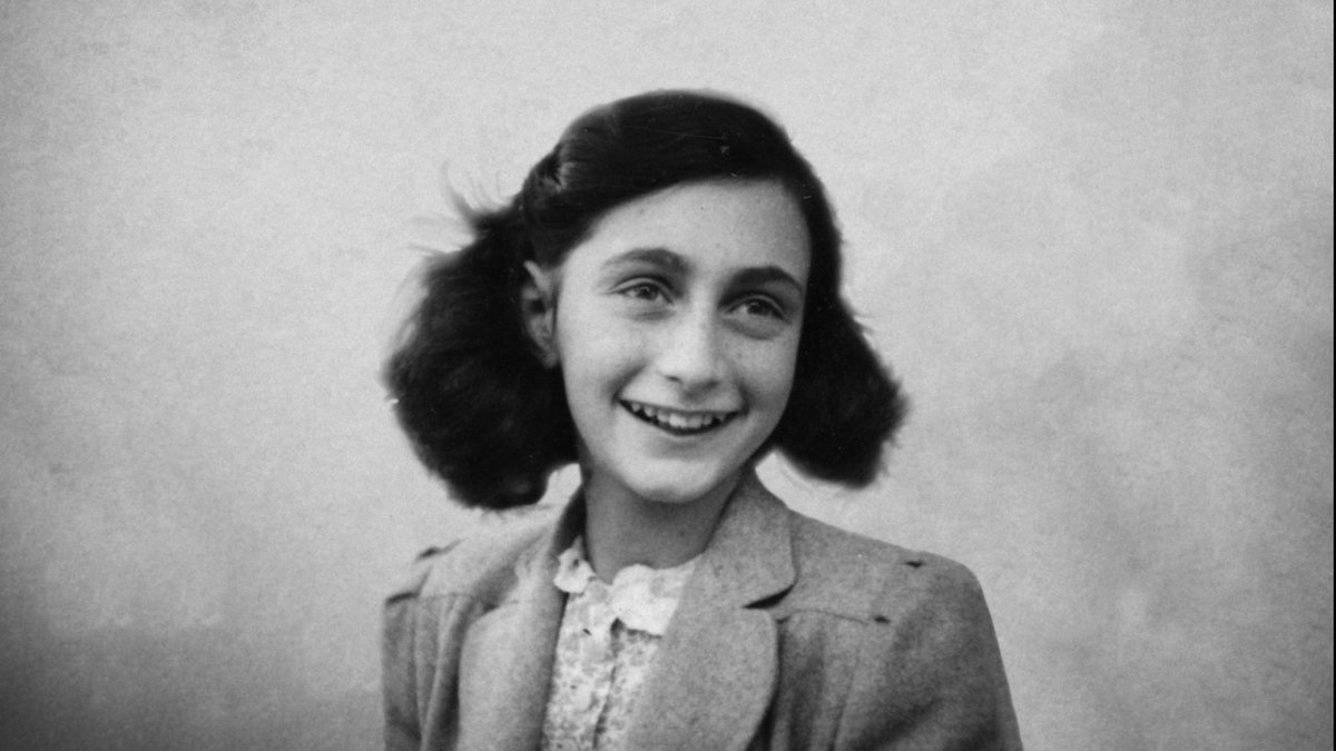 Today, #AnneFrank would have turned 90 years old, remembering his diary, an extraordinary text that made millions of readers around the world aware of the tragedy of Nazism, but also of the brilliant intelligence and modern language. #Anne90 🖋️