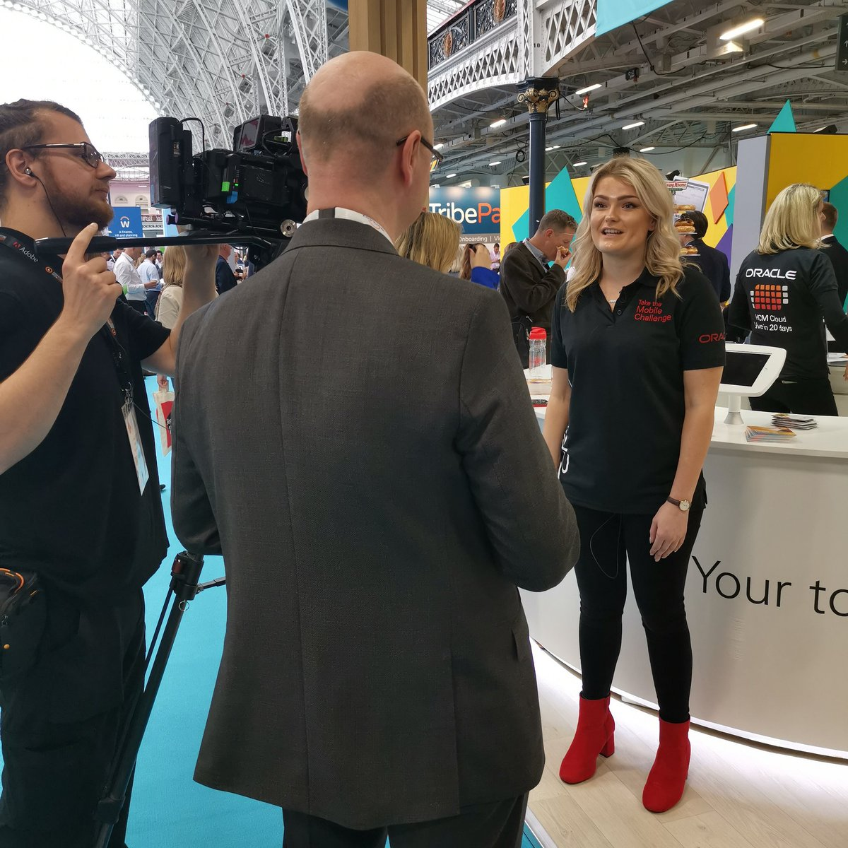 Stealing time with @OracleCloud at #FestivalOfWork - and loving how the team is on brand today!👌 Visit their stand B130 to learn more about Oracle HCM Cloud