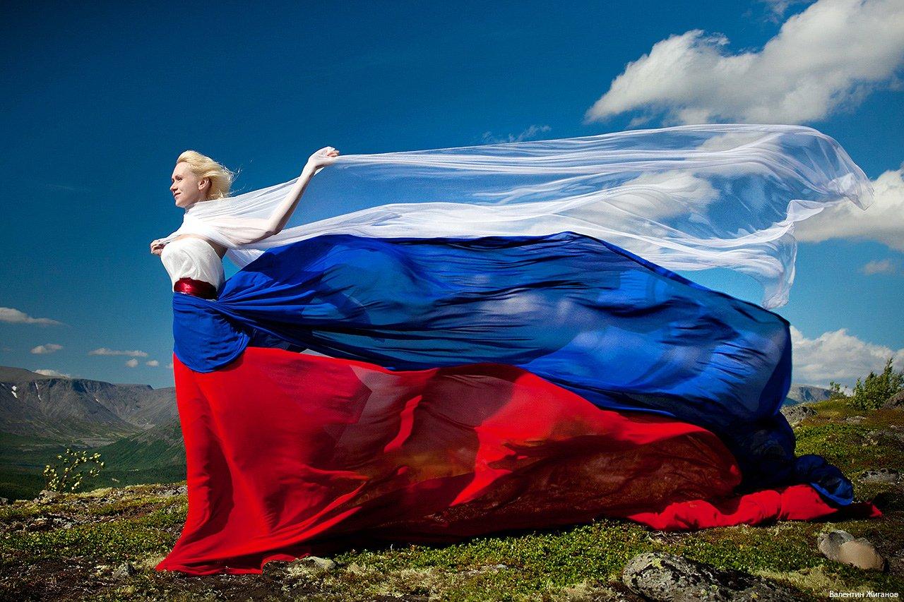 семьей необычные фото с флагом россии центре