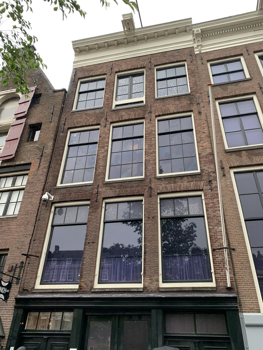 In Amsterdam on what is #AnneFrank90 birthday. #IstandwithAnne<br>http://pic.twitter.com/7ax1AoScAa – à Anne Frank Huis