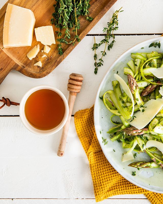 Hurry up—you'll want to enjoy the last days of asparagus season while you still can! This summery salad with shaved green asparagus, rich Parmesan and a sweet and sour honey dressing is all prep, no 'cook', which makes it the perfect picnic accessori… https://t.co/307qmDujk0 https://t.co/osrr70TPn7