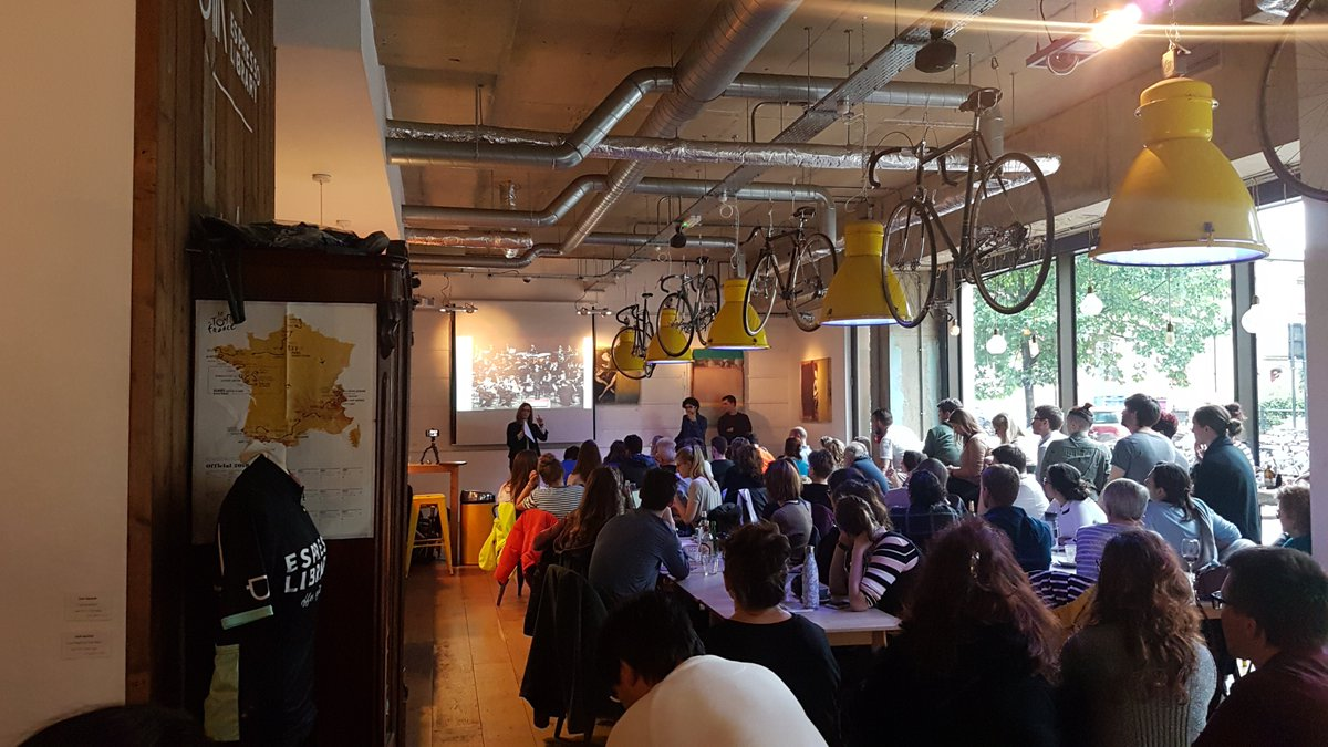 A packed house at the @EspressoLibrary today to hear @GosiaTrynka talk about genes and the immune system at #CafeSciCambridge