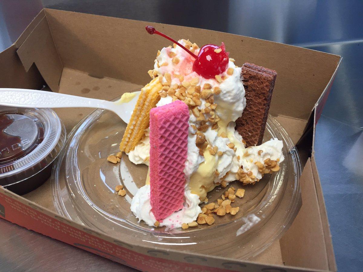Added on a purchase of a #Supersundae 🍨for dessert! #Chicago #Superdawg #icecream #sundae https://t.co/AyyzMkIWzi