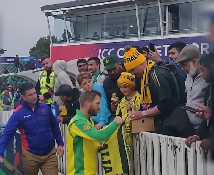David Warner won Player of the Match award, gifted it to his little fan. Great gesture. Made his day. 👏🙏#AUSvPAK #CWC19 #PAKvAUS