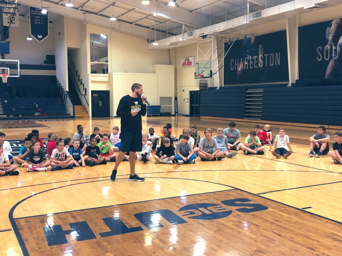 @CoachTButters speaking to the campers about moving without the basketball, using screen to get open, and how to get open when overplayed by your defender‼️🔥🗣  We also want to wish @CoachTButters a Happy Birthday 🎂🎊🥶  #BETHERE