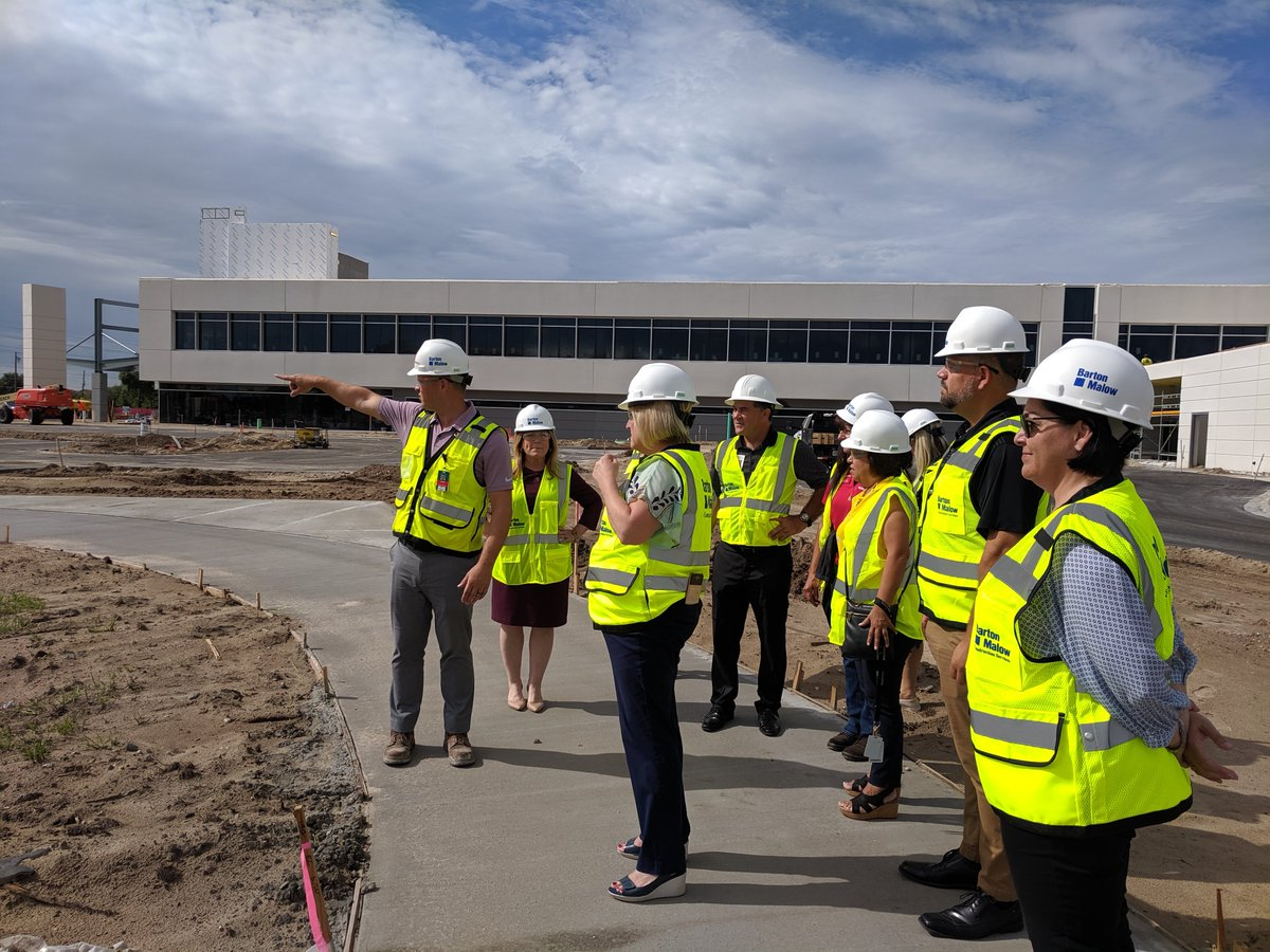 Earlier this week, Orlando Health South Seminole Hospital hosted Lake Mary High School leadership for a tour of the new Orlando Health Lake Mary Emergency Room and Medical Pavilion. The high school's principal and athletic teams had a close look at our new medical campus. https://t.co/rX1uGtI1GI