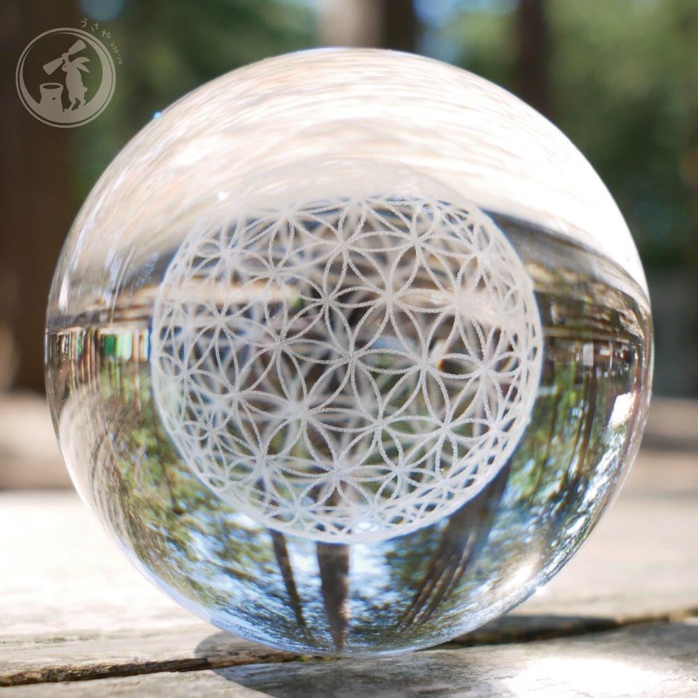 ガラス製のボールのなかに立体的なフラワーオブライフが浮かび上がるようにつくられています。  Amazonでも絶賛発売中です! https://amzn.to/2WCnQDp  #うさや #usaya #フラワーオブライフ  #うさやのフラワーオブライフ #生命の華  #生命の花  #オルゴナイト  #floweroflife