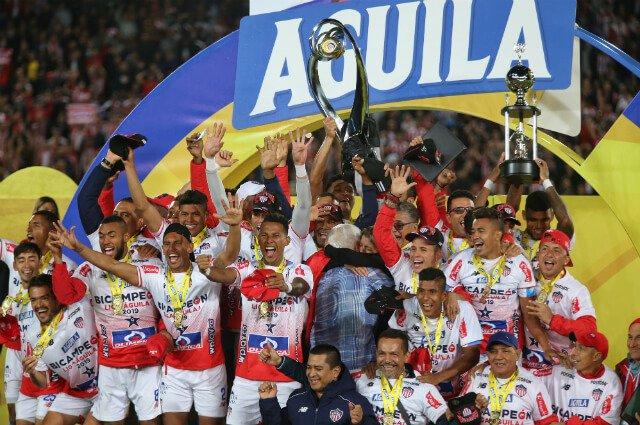 ¡Fiesta y carnaval en Bogotá! Junior se coronó bicampeón de la Liga Águila, en El Campín https://buff.ly/2XETCRo Vía @GolCaracol