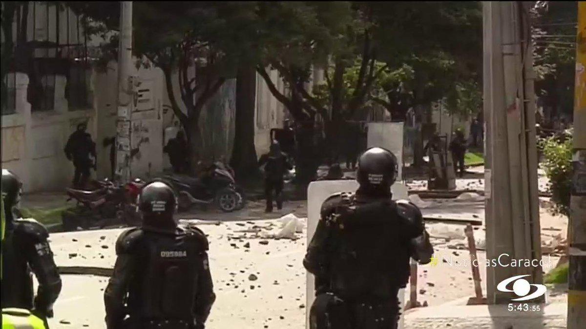 #PrimeraEdición Encapuchados se tomaron por dos horas las instalaciones de la Universidad Pedagógica en Bogotá. Un policía y tres motos por poco son quemados http://noticiascaracol.com
