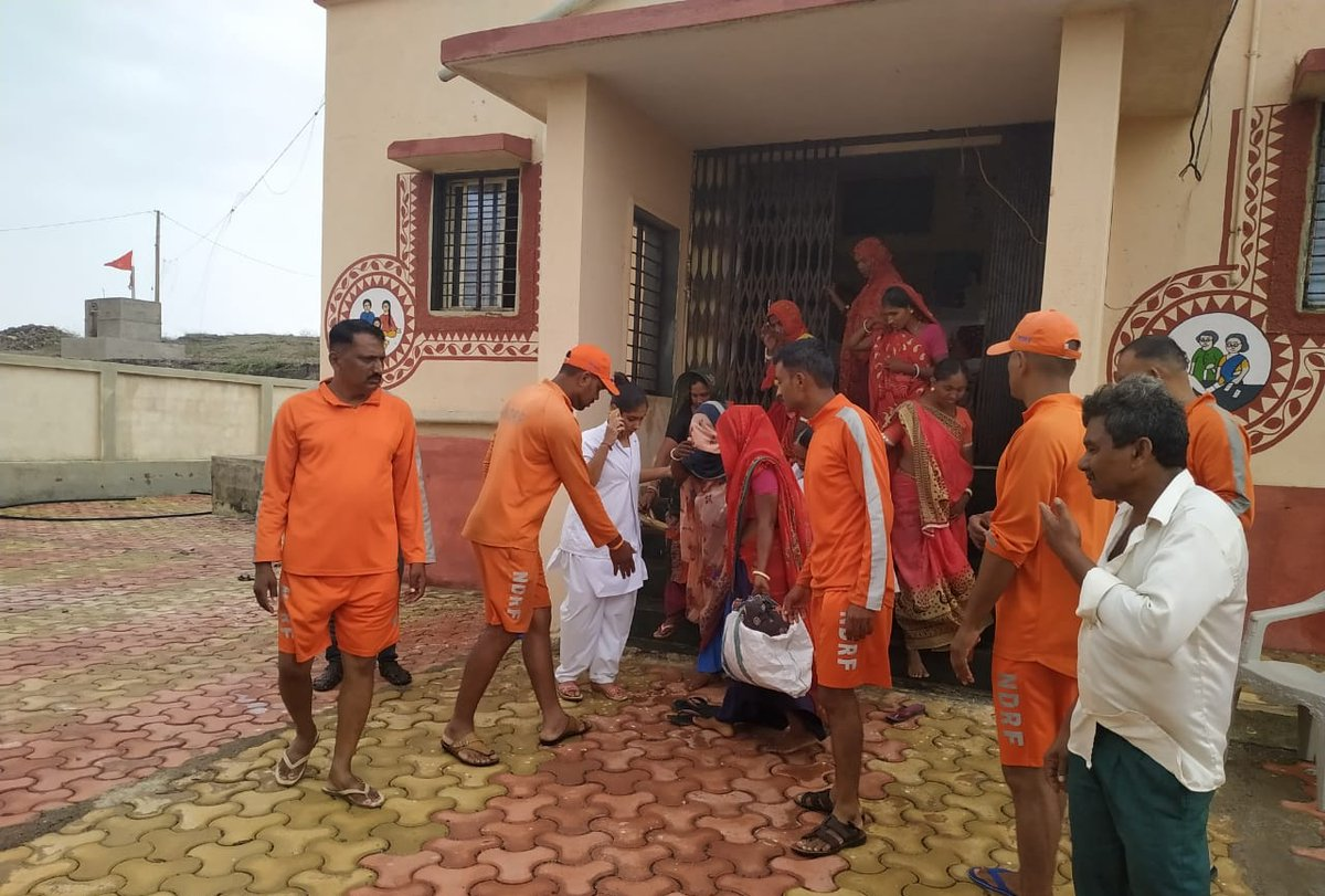 As #CycloneVayu progressed towards Gujarat coast, a pregnant lady in need was rescued from Shiyalbet Island in boat and safely shifted to hospital. In an another incident during evacuation, a delivery was conducted by '108' team in the ambulance itself in Maliya of Junagadh dist