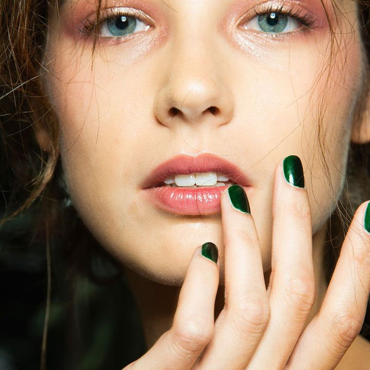 Metallic hues are making a comeback. Get the look with our new Chrome nail collection. Priced from AED 15 per nail or AED 100 per set.  #TipsandToesME #TipsandToes #UAEBeauty #UAESalon pic.twitter.com/secww8g7Dt