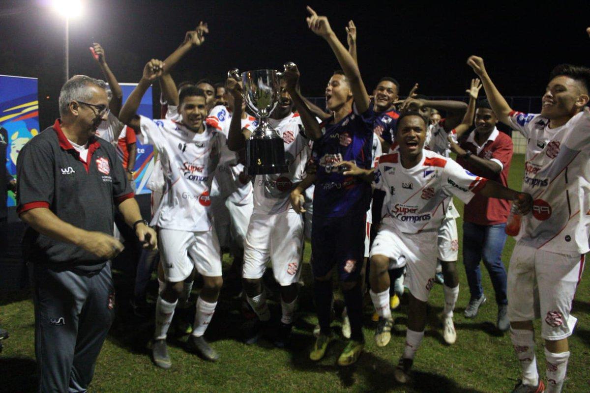 🏆 É CAMPEÃO! O Bangu goleou a @portuguesarjofc por 4 a 0 e conquistou o título do Torneio Conmenbol VAR na categoria sub-18 na noite desta quarta-feira! No sub-20, a equipe triunfou por 2 a 0, mas ficou com o vice. Valeu, garotada! #SempreBangu #BanguÉRaiz #BaseBangu