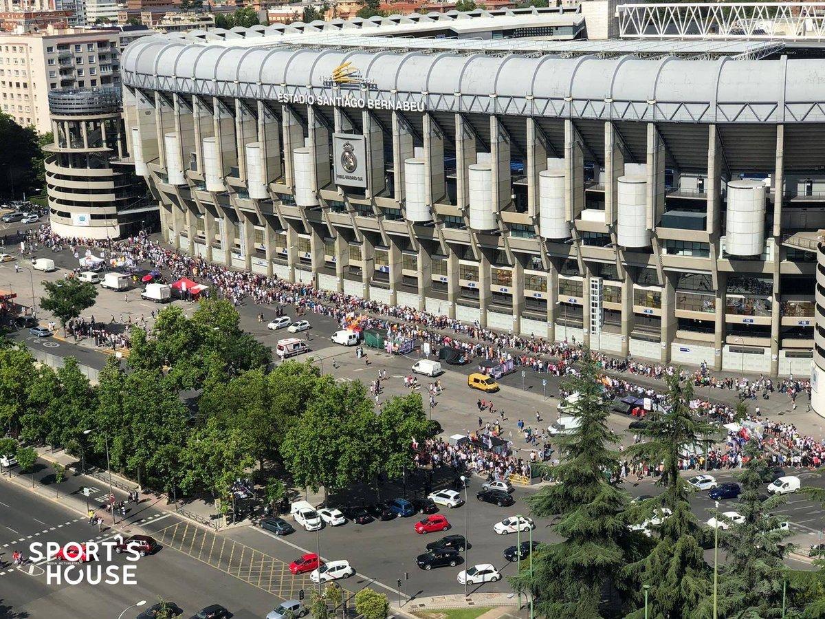 Les supporters du #RealMadrid sont déjà en place pour la présentation d#Hazard !