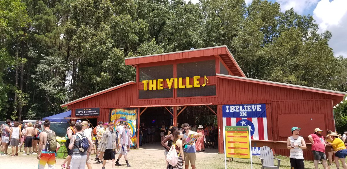 There are a bunch of fun loving people hanging out at The Ville at #Bonnaroo and you should be here. Photo ops, hot chicken, The Ville exclusives, food & drink, and other memory making necessities are available. Come! See who is performing later at: visitmusiccity.com/events/bonnaro…