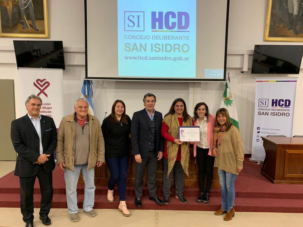 El premio reconoce el trabajo que se lleva adelante cada día para eliminar la violencia de género. ¡Felicitamos a @andresgrolon , @CeliaSarmiento3 , @AresElvira , @GuidiRojo , Gonzalo Beccar Varela, @arenaeugenia , @Ferlacavaok , @rosaliafucello y @CataRiganti ! Un orgullo 😃