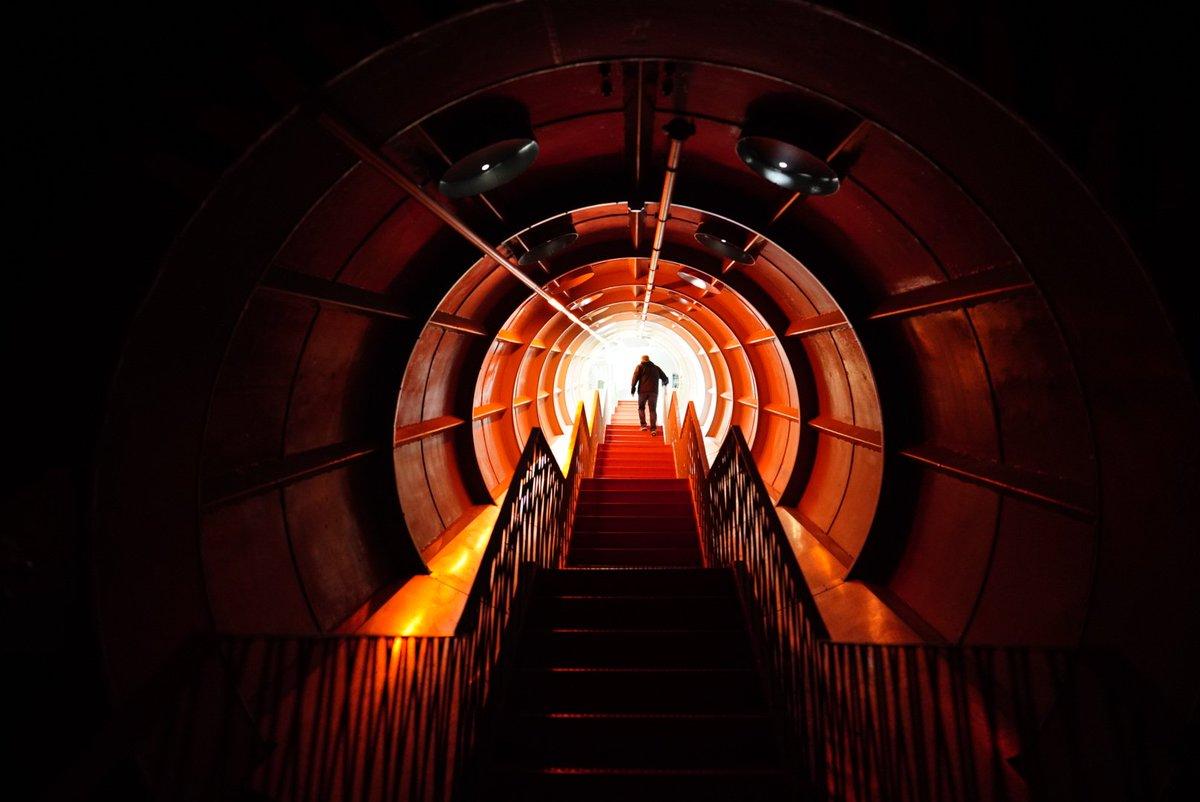 🇧🇪🇪🇺⚛️ Cool scenes inside #Atomium • #brussels #bruxelles #belgium #belgique #europe #picoftheday #instatravel #travel #tunnel #stairs #space #atom