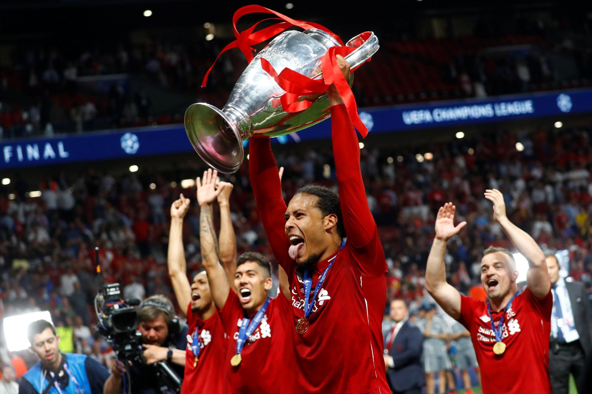 Van Dijk levantando el trofeo.
