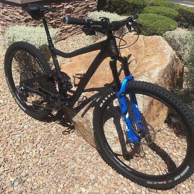 Check it out - This is a #carbonfiber Trance Advanced Pro 0, upgraded with SRAM's brand new XX0 Eagle AXS electronic groupset!! Want this bike for 20% off? Talk to @dennis.leffler!  #mtbvegas #vegasmtb #bikevegas #vegascycling #29r #lasvegasmountainbikin… http://bit.ly/2MnOpMRpic.twitter.com/U1xMz3znxu